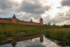 La pared vieja de la fortaleza del monasterio sobre el río Suzdal, Rusia fotografía de archivo