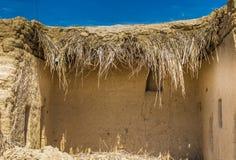 La pared vieja en Iraq hizo de la arcilla seca Imagen de archivo
