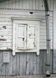 La pared vieja gris y blanca natural de la casa con madera se cerró encima del waterpipe blanco de la ventana, del buzón y de la  Imagen de archivo libre de regalías