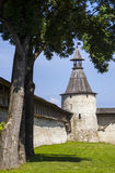 La pared y la fortaleza antiguas de la ciudadela de Pskov se elevan Fotos de archivo