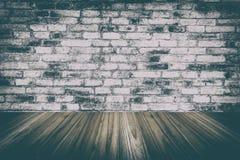 la pared y la madera de madera suelan el sitio interior y viejo con la pared de ladrillo, fotografía de archivo