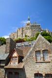 La pared y las casas de la abadía en San Miguel montan Foto de archivo libre de regalías