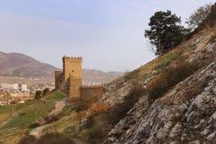 La pared y las torres de la fortaleza Genoese en la península de Crimea Imagenes de archivo