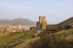 La pared y las torres de la fortaleza Genoese en la península de Crimea Imagen de archivo libre de regalías