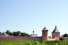 La pared y las torres del monasterio viejo Imagen de archivo libre de regalías
