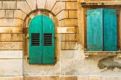 La pared y los obturadores verdes de la ventana, architectu mediterranian Foto de archivo