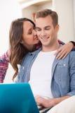 La pareja casada atractiva es entretenida con a Imagenes de archivo