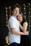 La pareja casada los jóvenes se coloca suavemente de abarcamiento Foto de archivo libre de regalías
