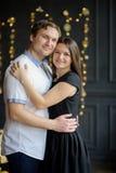 La pareja casada los jóvenes se coloca suavemente de abarcamiento Imagenes de archivo
