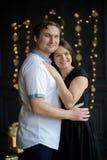 La pareja casada los jóvenes se coloca suavemente de abarcamiento Foto de archivo