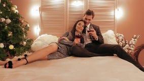 La pareja de matrimonios está celebrando su aniversario en el Año Nuevo en la cámara lenta de la atmósfera romántica almacen de metraje de vídeo