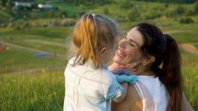 La pareja embarazada con la hija del niño tiene tiempo libre al aire libre metrajes