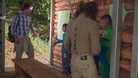 La pareja entra a la casa de madera por completo de niños
