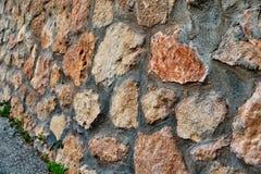 La parete è allineata con la pietra naturale Fotografie Stock