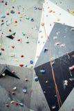 La parete artificiale di arrampicata con il dito del piede e la mano tengono i perni Immagine Stock