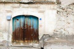 La parete bianca della vecchia casa ed il blu invecchiato woden la porta immagini stock libere da diritti