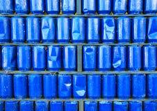 La parete del blu dipinta ha usato il fondo delle latte del metallo Fotografia Stock Libera da Diritti