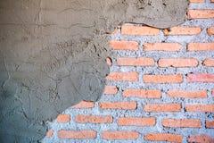 La parete del cemento si è fenduta È indicato circa il mattone della parete fotografia stock