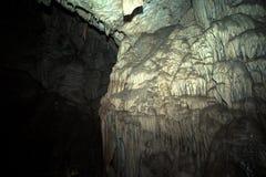 La parete della caverna ha riguardato le formazioni geologiche tinto Fotografia Stock Libera da Diritti