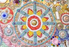 La parete delle mattonelle e della ciotola è stata decorata come simbolo buddista Immagine Stock Libera da Diritti