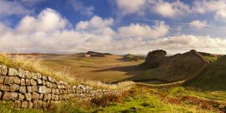 La parete di Hadrian, vicino alla fortificazione di Housesteads alla luce di primo mattino Fotografia Stock