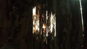 La parete di legno arrugginita con il sole attraverso i fori stagionati Immagine Stock Libera da Diritti