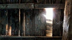 La parete di legno arrugginita con il sole attraverso i fori stagionati Fotografie Stock