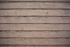 La parete di legno con pittura è severamente stagionato e la sbucciatura immagini stock