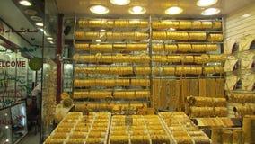 La parete di oro è la vetrina nel Dubai, il mercato del ` s del gioielliere di oro fotografia stock libera da diritti