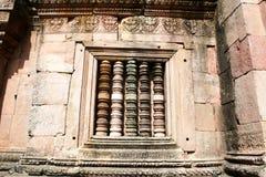 La parete di pietra con balustre variopinto a Phonom ha suonato il tempio in Burir Fotografia Stock Libera da Diritti