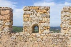 La parete di pietra del castello a Santiago fa Cacem Fotografia Stock