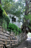 La parete di pietra estende e piccola tettoia Immagine Stock Libera da Diritti