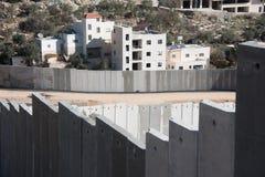 La parete di separazione israeliana divide la terra palestinese Immagini Stock Libere da Diritti