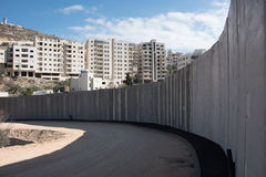 La parete di separazione israeliana divide la terra palestinese Immagine Stock