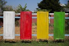La parete fatta dalle finestre di legno variopinte Fotografia Stock