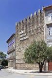 La parete iconica del castello di Guimaraes con l'iscrizione Aqui Nasceu Portogallo Immagine Stock Libera da Diritti