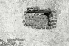 La parete intonacata di colore grigio con un foro Fotografia Stock