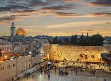 La parete lamentantesi e la cupola della roccia nella vecchia città di Gerusalemme a sunse Immagini Stock Libere da Diritti