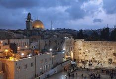 La parete lamentantesi e la cupola della roccia nella vecchia città di Gerusalemme n la sera Fotografie Stock