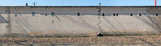 La parete lunga inversa dei garage pubblici cooperativi è fatta di w immagini stock libere da diritti
