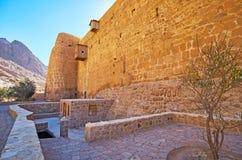 La parete massiccia della st Catherine Monastery, Sinai, Egitto fotografia stock libera da diritti
