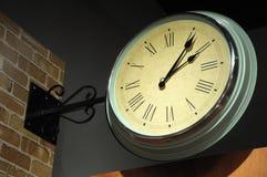 La parete nostalgica ha appeso l'orologio con i numeri romani Fotografia Stock Libera da Diritti