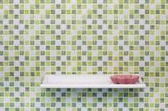 La parete quadrata verde delle mattonelle con accantona e porta-sapone Fotografia Stock Libera da Diritti