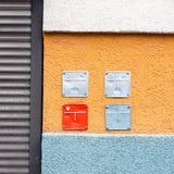 La parete variopinta della costruzione con i pannelli indicatori per gas naturale convoglia fotografie stock libere da diritti