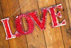 La parola è segno di amore che appende sulla parete fotografie stock
