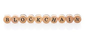 La parola Blockchain dalle mattonelle di legno circolari con i bambini delle lettere gioca immagini stock
