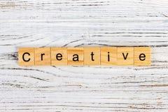 La parola CREATIVO fatto delle lettere sui blocchi di legno fotografia stock libera da diritti