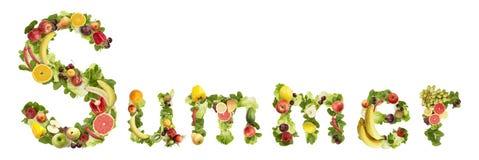 La parola ESTATE fatta delle frutta e delle verdure Immagini Stock