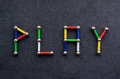 La parola GIOCO dei bastoni e delle palle colorati, elementi multicolori o Fotografia Stock Libera da Diritti