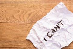 La parola I NON PUÒ in carta sgualcita bianco sulla plancia di legno marrone Fotografia Stock Libera da Diritti